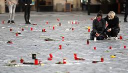 Mandag passerte Europa en million koronadødsfall, ifølge nyhetsbyrået AFP. I gamlebyen i Tsjekkias hovedstad Praha har folk samlet seg for å minnes de døde. Foto: Petr David Josek / AP / NTB