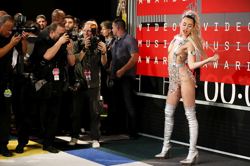 Singer and show host Miley Cyrus arrives at the 2015 MTV Video Music Awards in Los Angeles