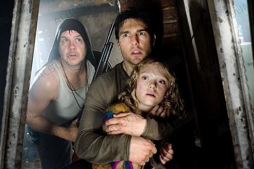 WAR OF THE WORLDS (2005), directed by STEVEN SPIELBERG. TOM CRUISE; TIM ROBBINS; DAKOTA FANNING.