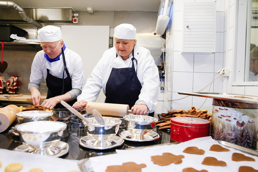 Statsminister Erna Solberg baker julekaker på Bristol sammen med Frelsesarmeen.