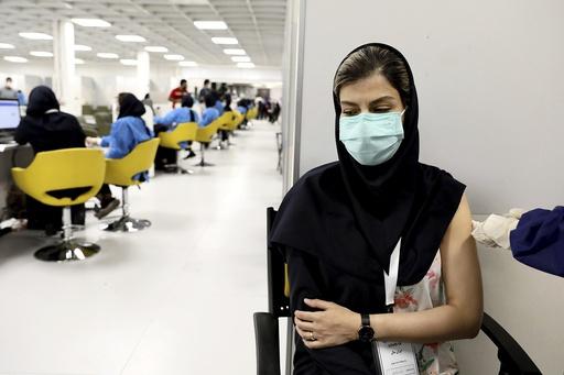 Det ble registrert over 37.000 nye smittetilfeller i Iran det siste døgnet. Det er det høyeste tallet siden starten av pandemien. Så lang er kun 4 prosent av befolkningen fullvaksinert. Foto: Ebrahim Noroozi / AP / NTB