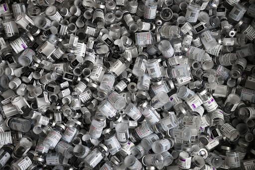 Tomme beholdere av vaksiner fra Pfizer/Biontech, Moderna og AstraZeneca. Illustrasjonsfoto: AP / NTB