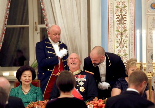 En lattermild Kong Harald med Singapores president kone fru Mary Tan under gallamiddagen på Slottet til ære for Presidentparets besøk.