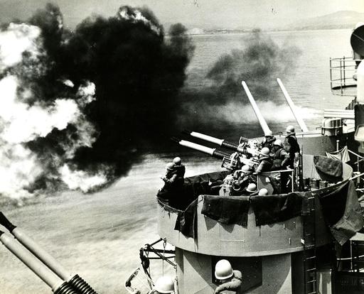 Korea-Krieg / US Schlachtschiff 'Toledo' feuert /Foto 1951 - Korean War, US battleship Toledo -