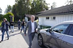 Tom Hagens forsvarer Svein Holden utenfor huset i Sloraveien på Lørenskog. Foto: Gorm Kallestad / NTB