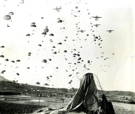 Korea-Krieg / amerikan. Luftlandetruppen / Foto 1951 - Korean War, American paratroops landing -