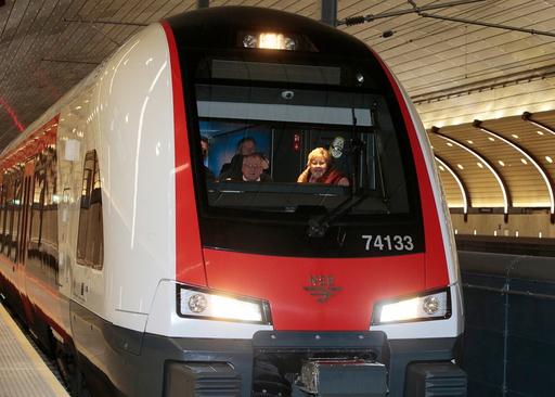 Med statsminister Erna Solberg (H) i front ble nye Holmestrand togstasjon offisielt åpnet lørdag.