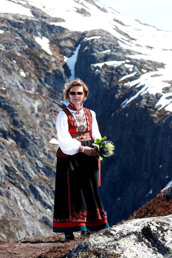 Dronnning Sonja åpner gondolbane i Loen