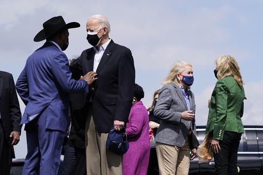 President Joe Biden møtte Houstons ordfører Sylvester Turner (t.v.) under besøket i Texas fredag. Foto: Patrick Semansky / AP / NTB