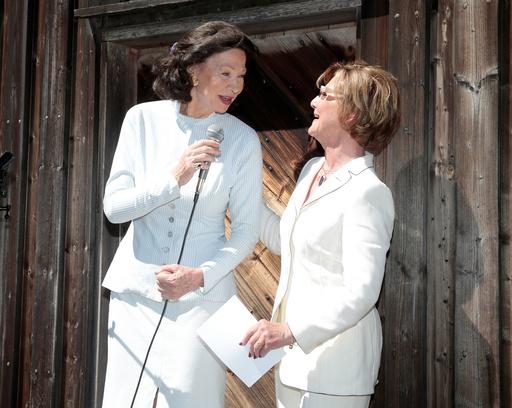 Åse Kleveland holder tale til dronning Sonja under åpningen av kunstutstillingen