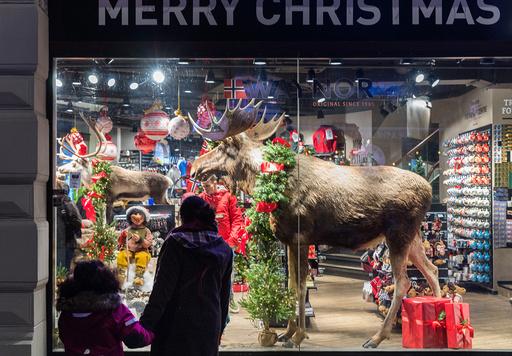 Illustrasjonsbilder: Overfylte butikkvinduer med nisser og elger som er pyntet til jul i Oslo.