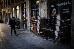 En koronastengt restaurant i sentrum av Barcelona fredag. Foto: Emilio Morenatti/AP/NTB
