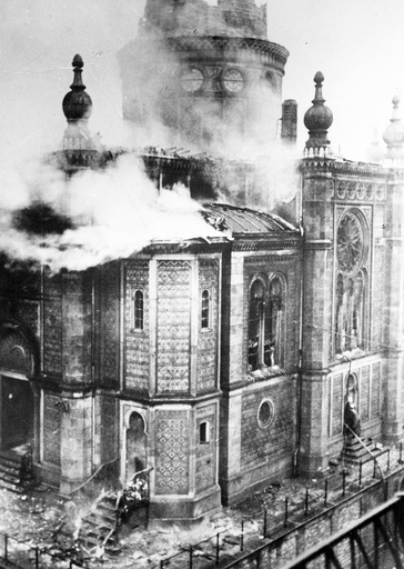 The burning synagogue at Michelsberg in Wiesbaden in the Kristallnacht of 9 to 10 November 1938.