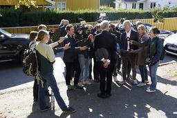 Ap-leder Jonas Gahr Støre, med ryggen til, omgitt av pressefolk utenfor sin bolig. Foto: Terje Bendiksby / NTB