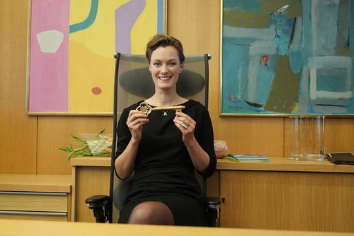 Kulturminister Anette Trettebergstuen (Ap) overtar nøkkelkortet til avtroppende statsråd Abid Raja. Foto: Ole Berg-Rusten / NTB