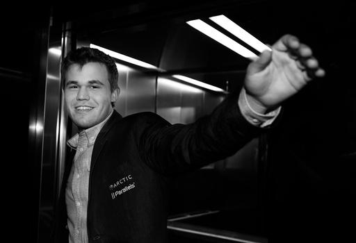 En fornøyd verdensmester Magnus Carlsen feirer seieren.