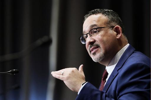 Miguel Cardona besto avstemningen i Senatet og er dermed USAs nye utdanningsminister. Arkivfoto: Susan Walsh / pool / AP / NTB