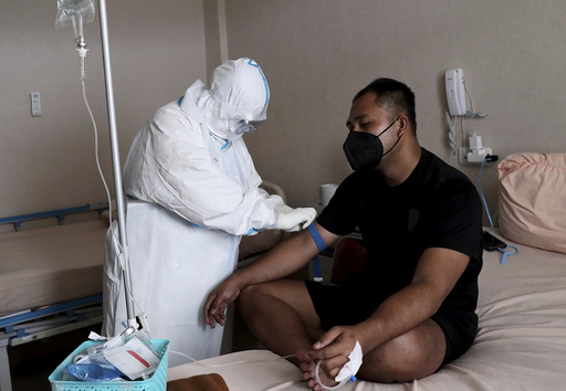 En helsearbeider behandler en koronapasient på et sykehus i Indonesias hovedstad Jakarta. Foto: Tatan Syuflana / AP / NTB